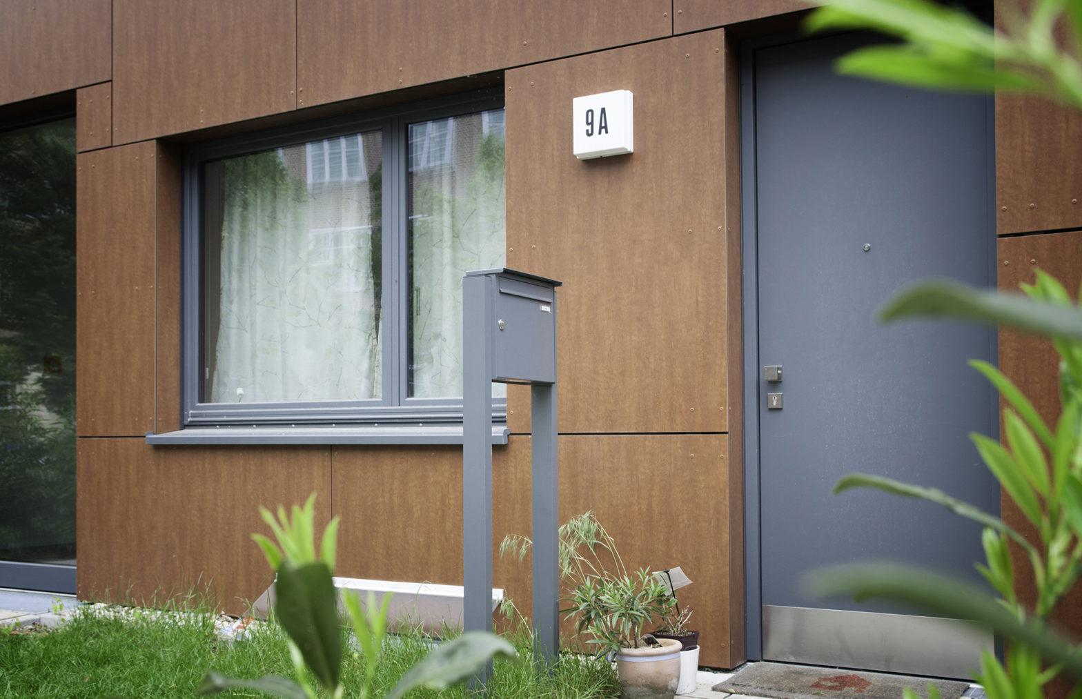 KNOBLOCH EXPRESS BOX - einteilige freistehende Briefkastenanlage mit vertikalem Kasten, mit Verkleidung RI 244 (FS10-244)