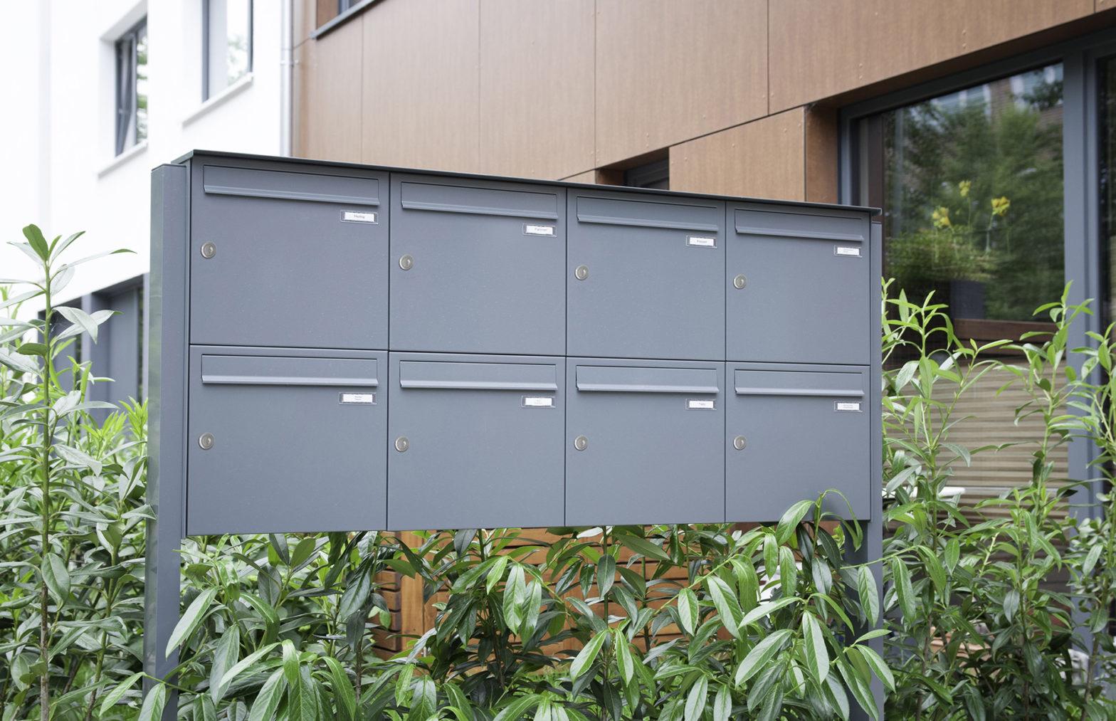 KNOBLOCH EXPRESS BOX - 8-teilige freistehende Briefkastenanlage mit vertikalen Kästen, mit Verkleidung RI 244, Gestell SO 441 (FS80-244)