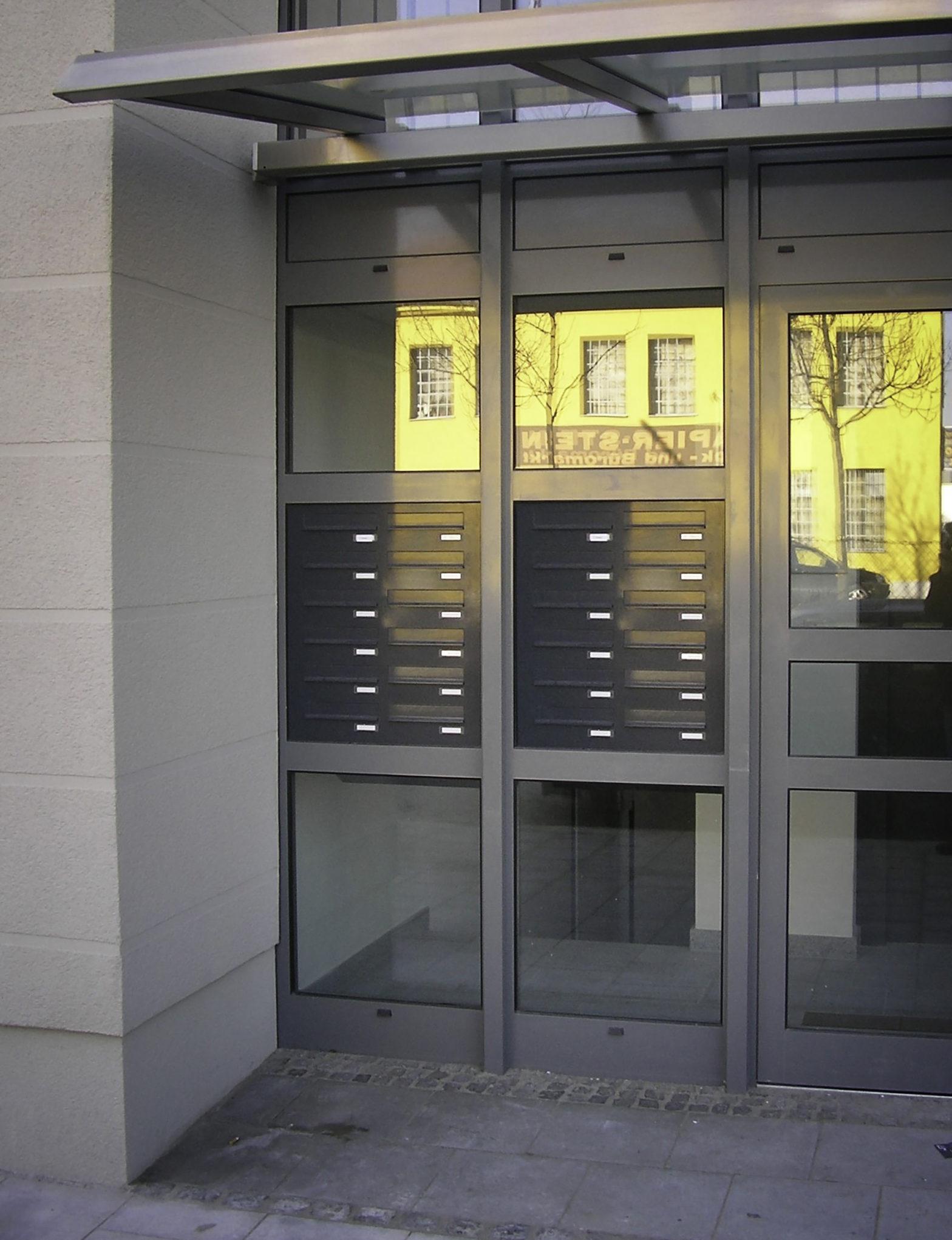 KNOBLOCH EXPRESS BOX - zwei 12-teilige Türseitenteil-Briefkastenanlagen mit horizontalen Kästen (TS-120-S)