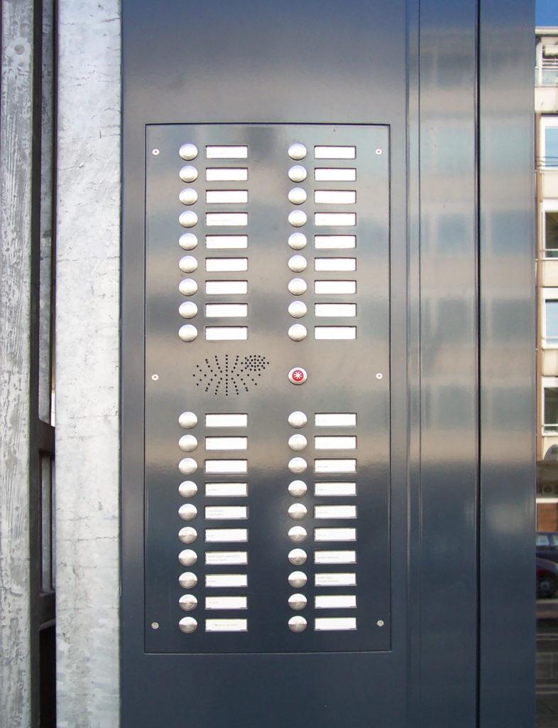 Klingeltableau mit Edelstahl-Klingeltastern, flächenbündigen Namensschildern MAXAV1, Sprechsieb und Lichttaster (Bild Nr.: 01410)