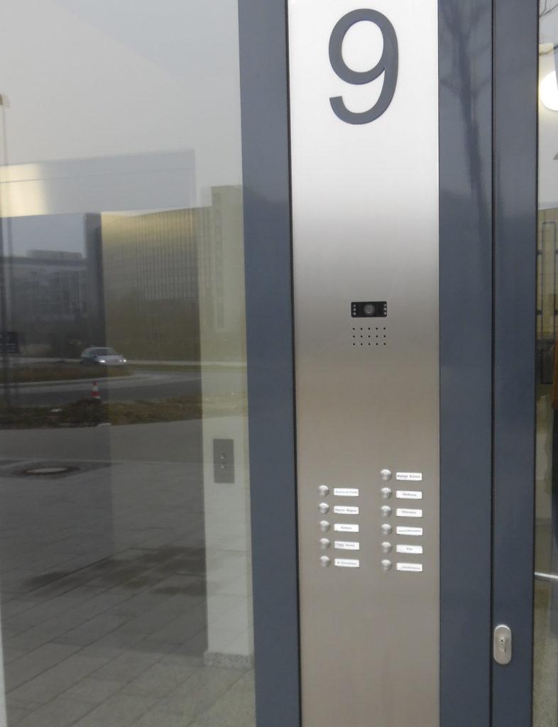 Klingeltableau als Türseitenteil-Einbau, mit Edelstahl-Klingeltastern, flächenbündigen Namensschildern MAXAV1, Sprechsieb und Kameramodul (Bild Nr.: 01412)